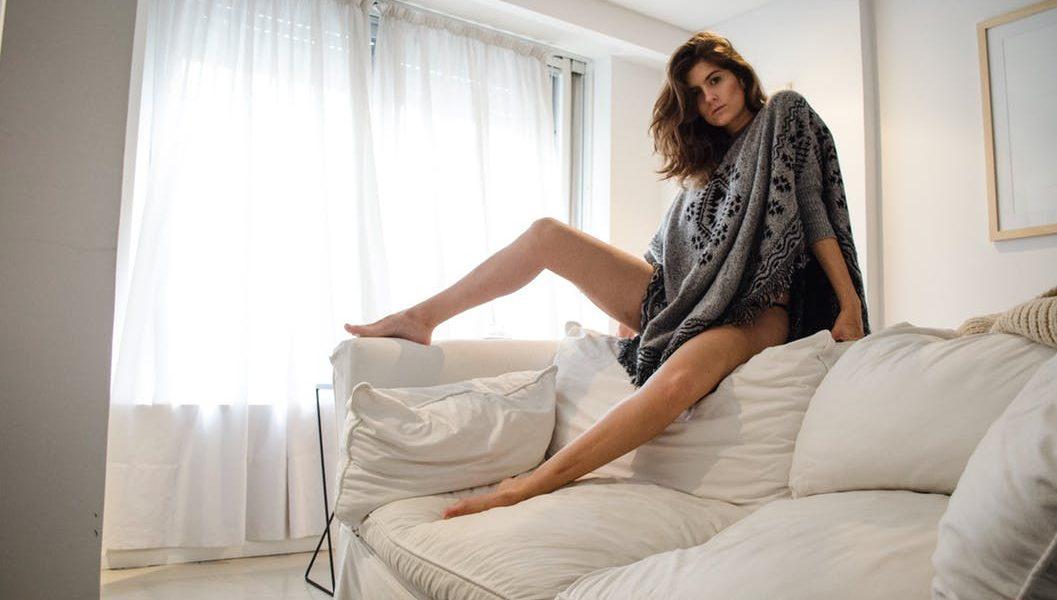 innebuneste-l. femeie sexy stand pe canapea