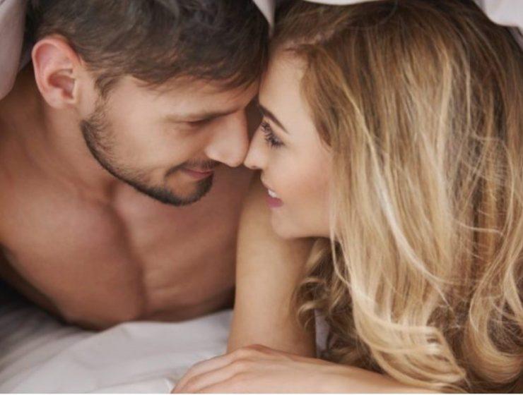 Cuplu sub patura in pat