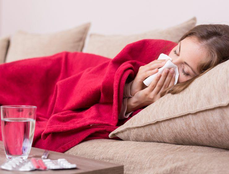 Metode pentru a tine raceala departe Femeie sufland nasul