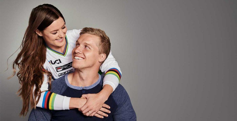 Cuplu fericit tinandu-se in brate