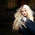 femeie singura cu par blond