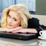 Femeie indragostita cu capul pe laptop la office