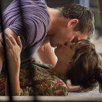 Barbat sarutand pasional o femeie
