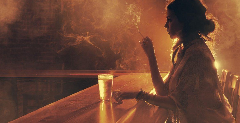 Femeie fumand