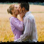 Cuplu sarutandu-se in ploaie
