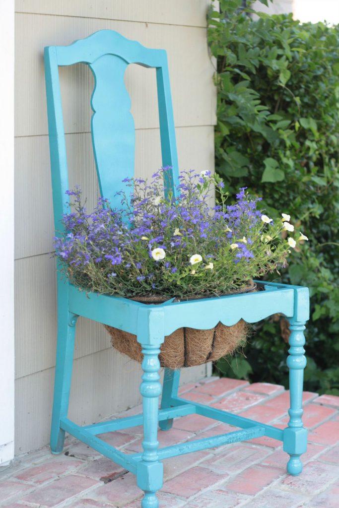 Scaune vechi refolosie ca suport pentru flori