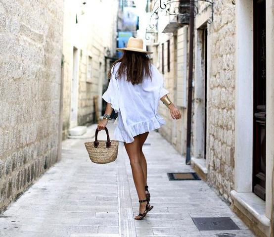 Femeie in vacanta Santorini