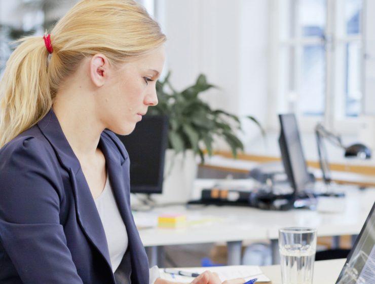 Femeie la birou