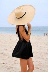 Fata cu rochie neagra