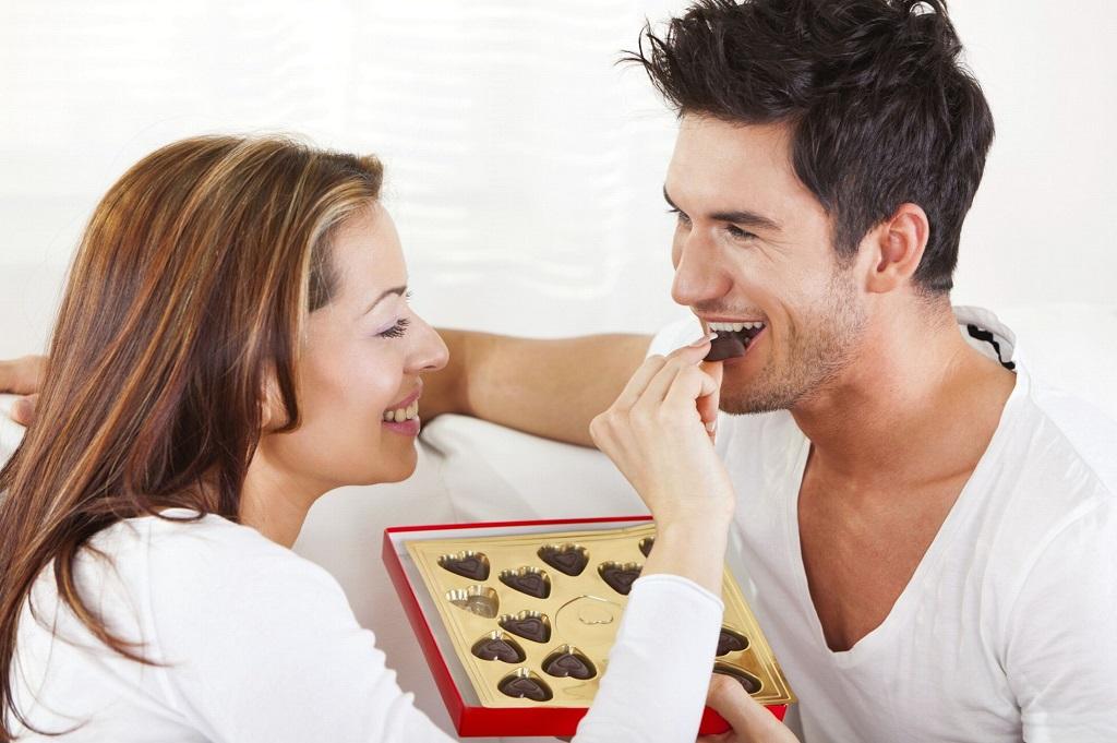 Cuplu mancand ciocolata