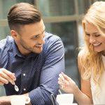 Invita l in oras barbat si femeie la prima intalnire stand la masa