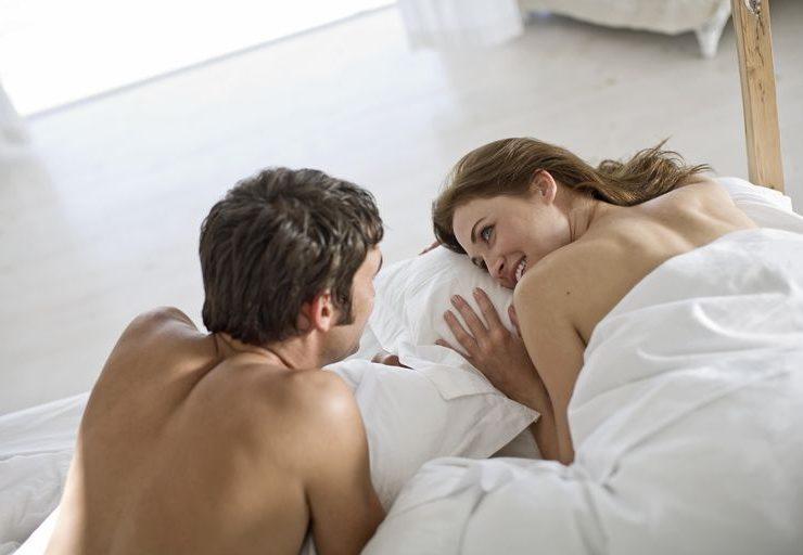 Adulter barbat si femeie stand in pat