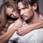 Barbat imbratisat de o femeie