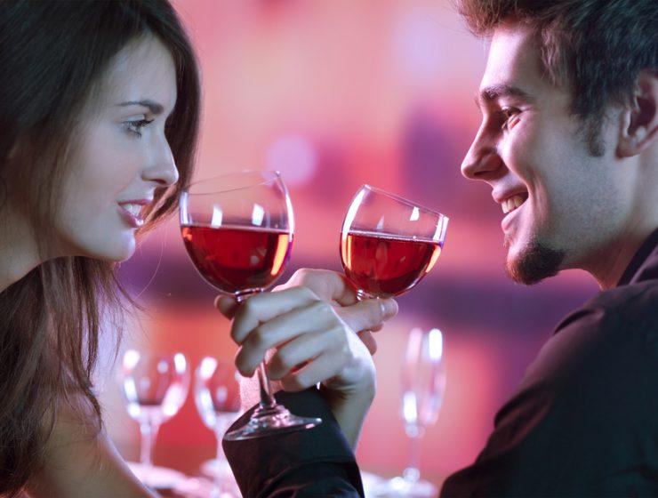 Cuplu la restaurant de ziua indragostitilor
