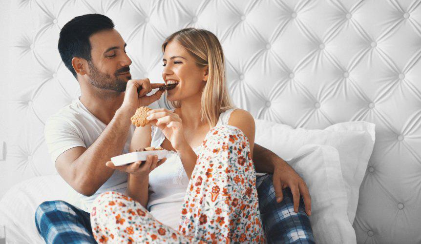 Cuplu comunicand prin gesturi tandre si joaca