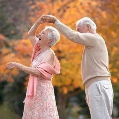 cuplu batrani dansand