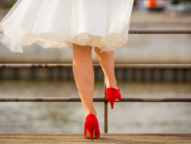 femeie cu pantofi rosii