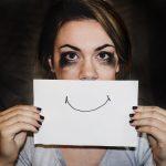 singuratatea in doi femeie mimand zambetul