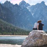 cuplu stand pe munte