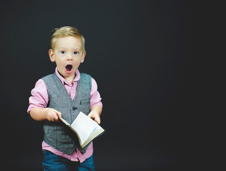 baietel citind dintr-o carte